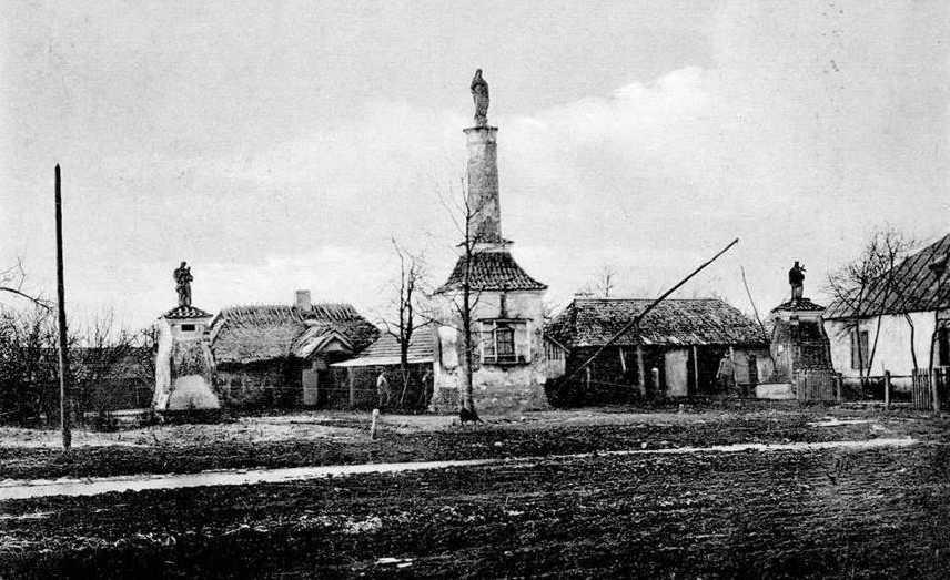 1916 р. (?) Колони зі скульптурами