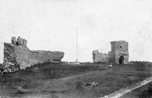 1916 р. Двір замку. Вигляд із заходу