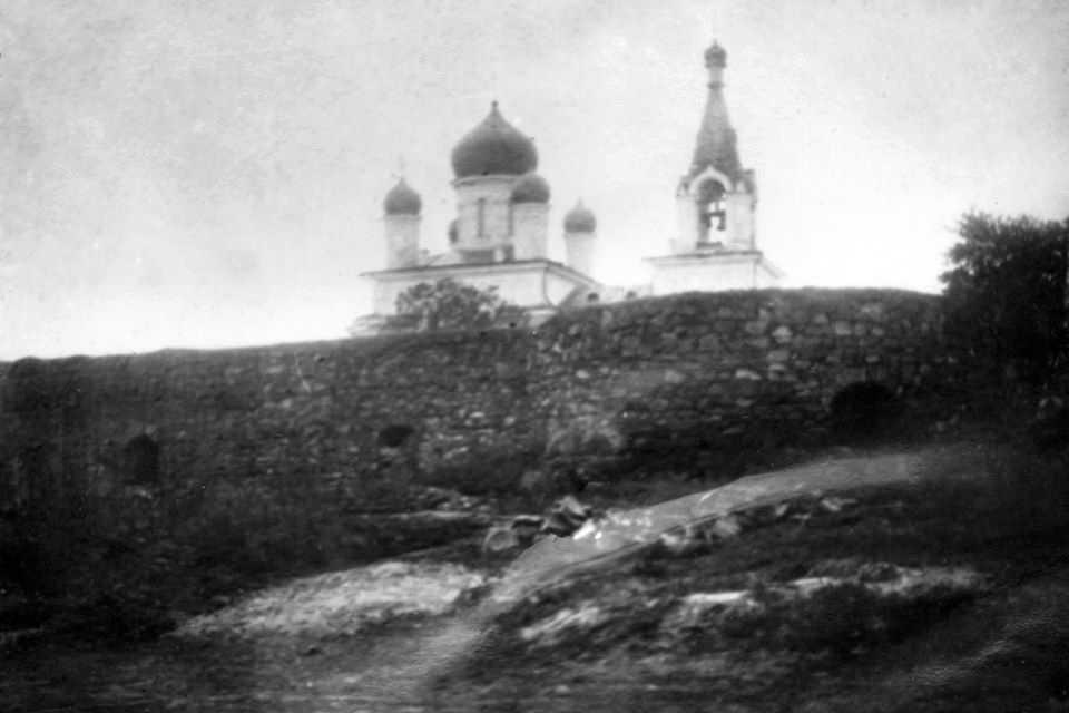 [1920-і рр.?] Фрагмент муру на тлі…