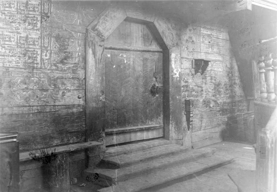 Інтер'єр притвора зі входом