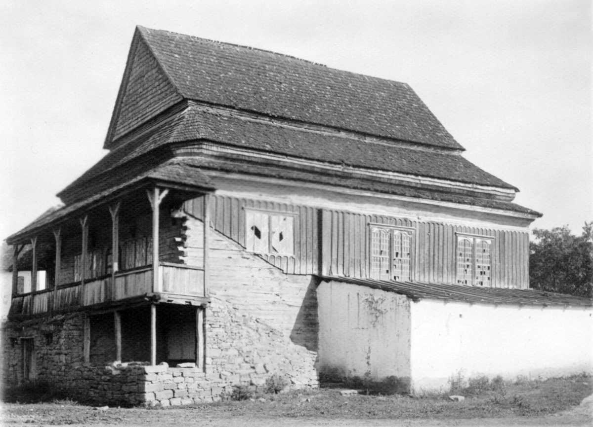 Головний і бічний фасади