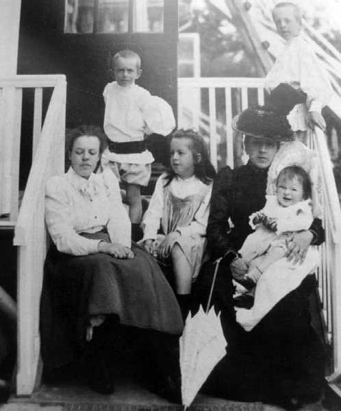 Анна Львовна с детьми