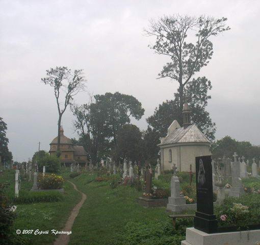 Загальний вигляд цвинтаря з церквою