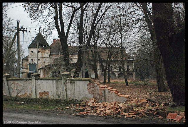 2009 р. Зруйнована огорожа ділянки замку