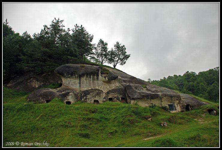 Загальний вигляд печер (нині льохів)
