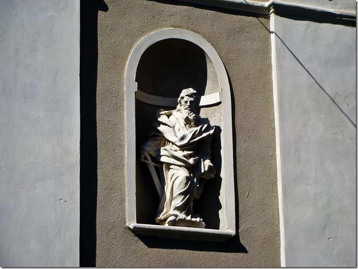 Скульптура апостола Павла в ніші