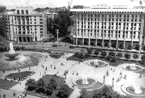 [2000 р.?] Східний бік площі