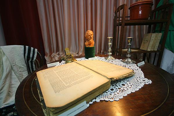 2009 р. Фрагмент експозиції – стіл з…