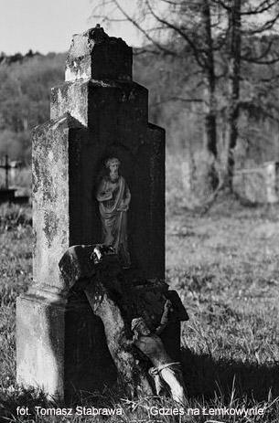 Хрест на цвинтарі біля церкви
