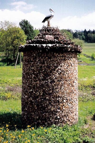 [2003..2006 р.] В отакі гриби жителі укладають дрова, запасені на зиму. Нагорі - лелека на…