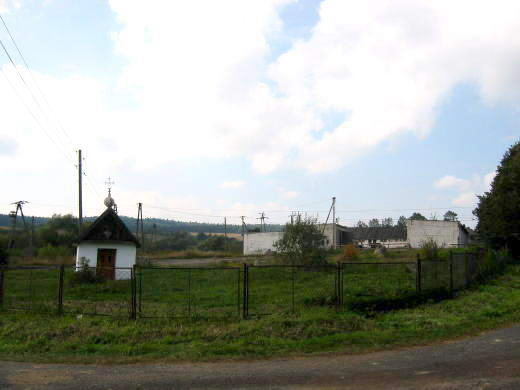 [2003..2006 р.] Ліворуч - каплиця, праворуч - колишній колгосп