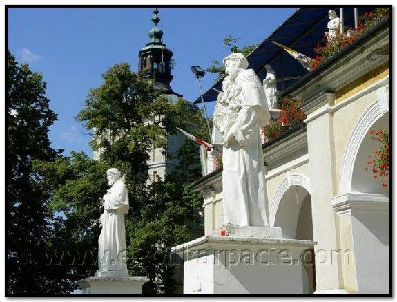 Скульптури святих перед галереєю