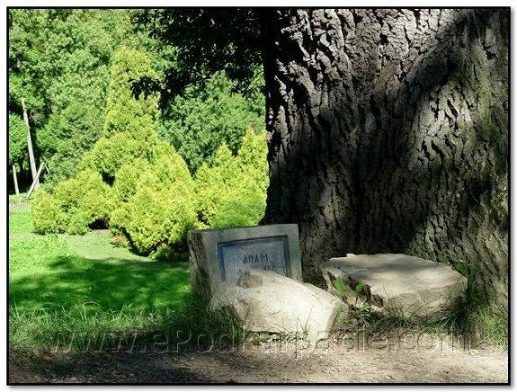 Зруйнований надгробок
