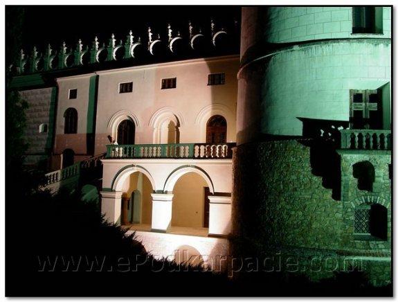 Фрагмент фасаду вночі