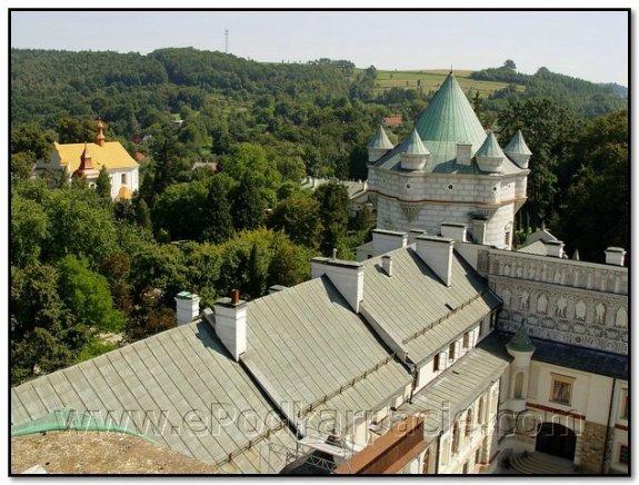 Фрагмент двору і башта з бартизанами