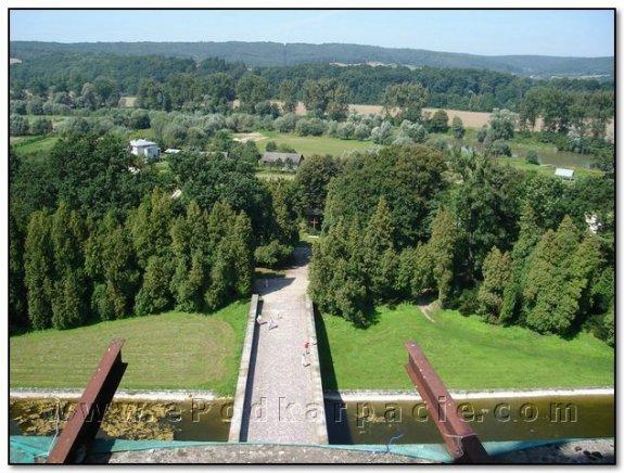 Вид з надбрамної башти на міст і околиці