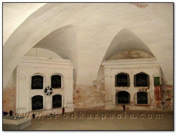 Склепінчастий зал з надгробками