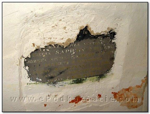 Надгробна плита в процесі розкриття…