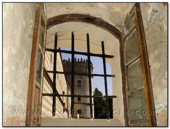 Амбразура з видом на башту з аттиком