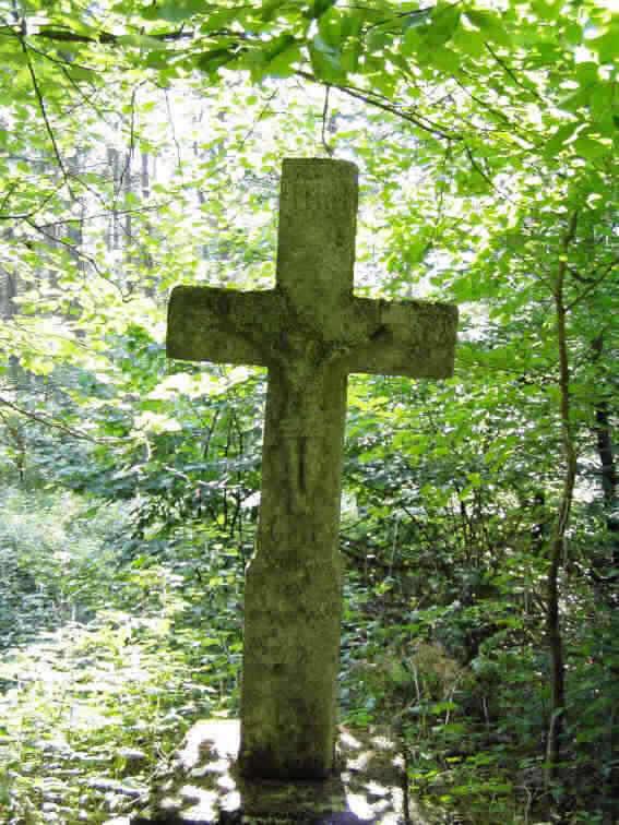 Кам'яний хрест у лісі