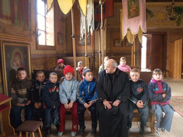 Інтер'єр нави зі священиком і дітьми
