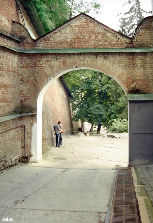 2006 р. Брама двору