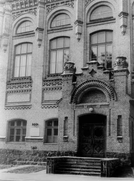 Фото частини будинку з меморіальною дошкою на честь засідання Київської Ради робітничих…