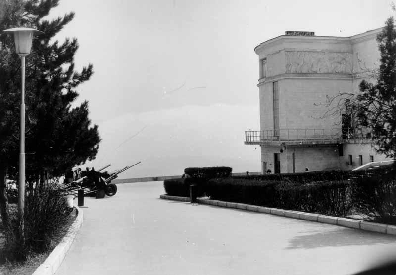 """Алея, що веде до діорами """"Штурм Сапун-гори 7 травня 1944 р."""""""
