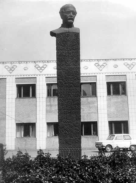 Пам'ятник М. Леонтовичу