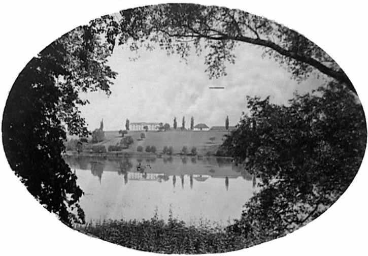 1880 р. Вид на озеро та будівлі…