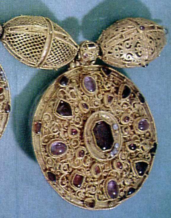Медальйон з орнаментом
