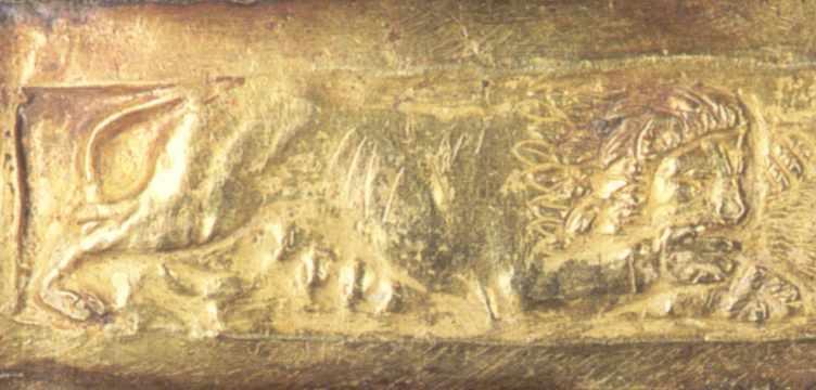 Середня частина: лев терзає кабана