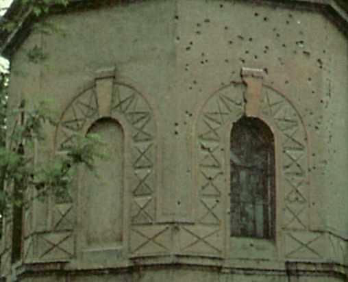 Стіна вівтаря зі слідами куль