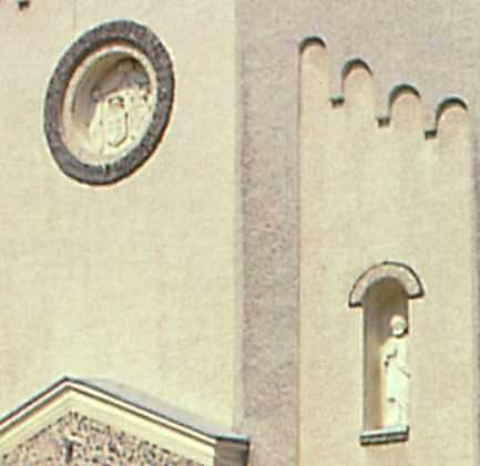 Скульптури на фасаді