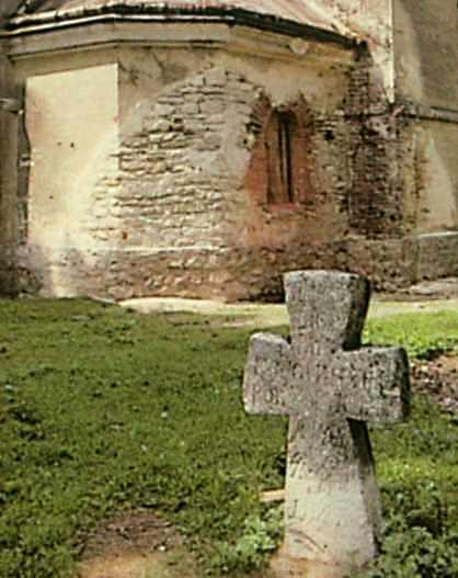 Хрест і фрагмент фасаду