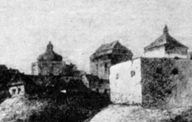 Дві невідомі споруди і башта при брамі