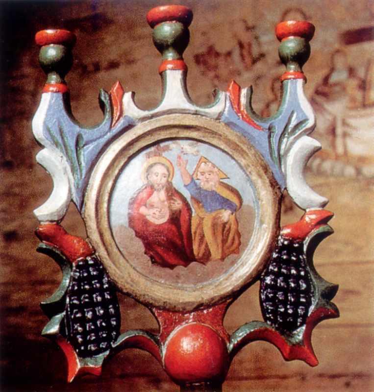 Пишно оздоблений барочний свічник кінця ХVІІІ століття із зображенням новозавітної Трійці