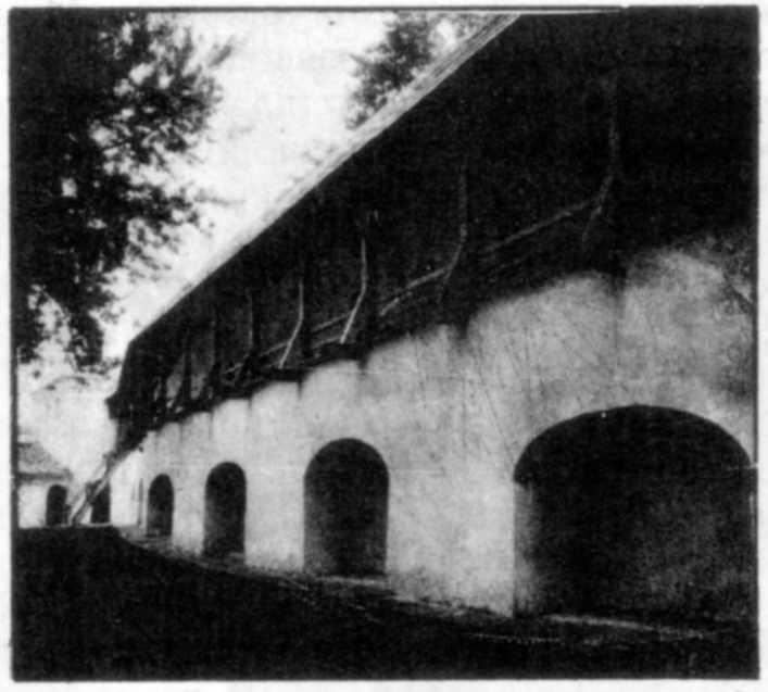 Оборонний мур з реставрованою бойовою галереєю