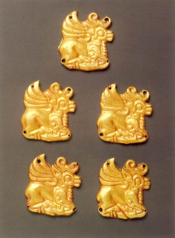 П'ять бляшок у формі лежачого оленя