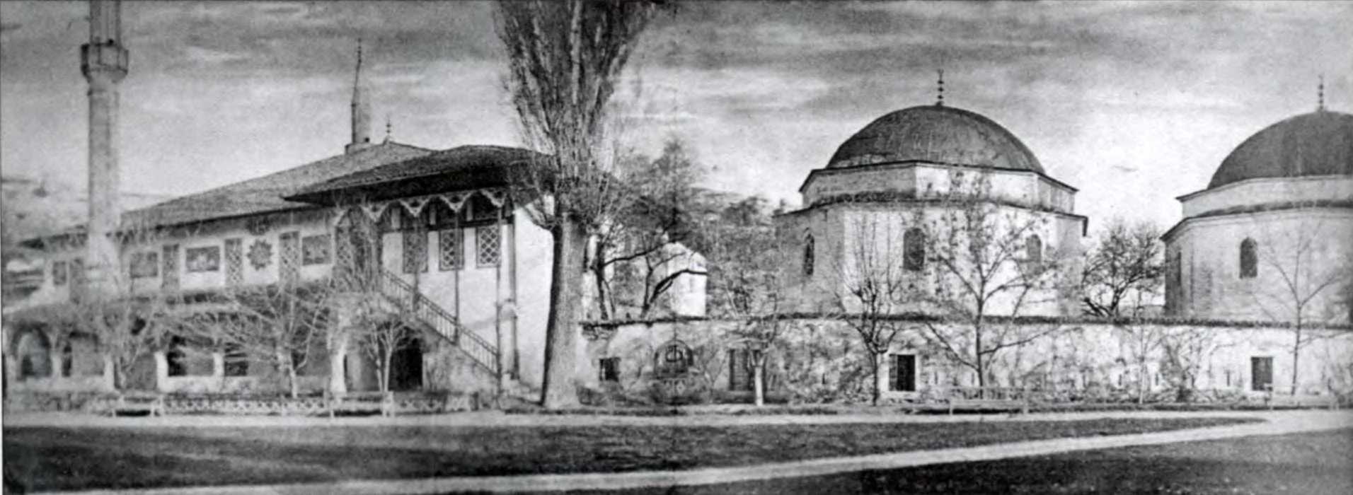 Велика мечеть і цвинтар у комплексі…