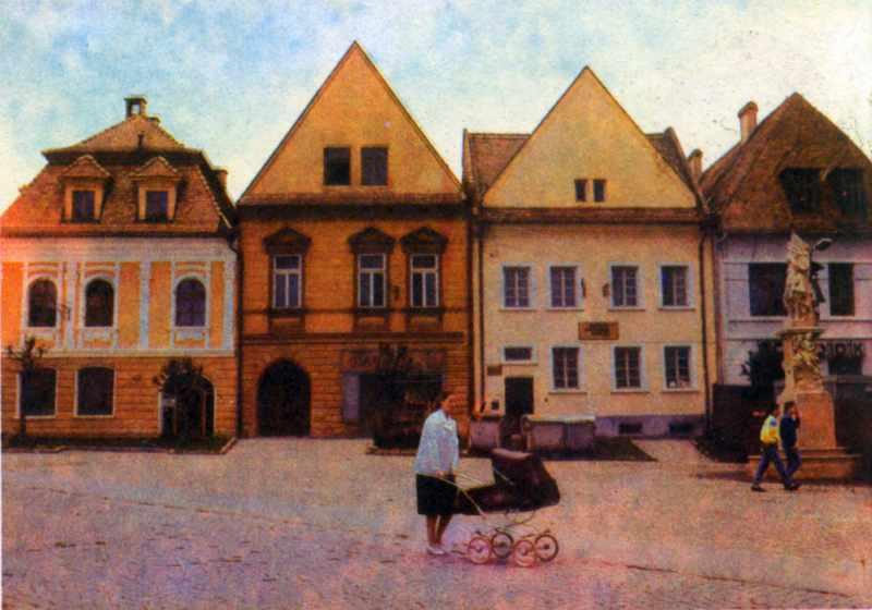 Будинки на площі