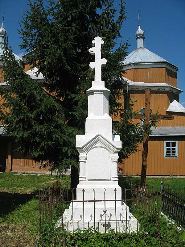 Загальний вигляд на тлі церкви