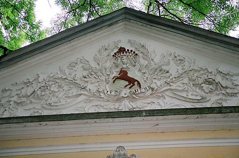 Фронтон північного фасаду з гербом…