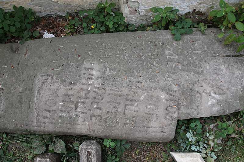 Старий надгробок