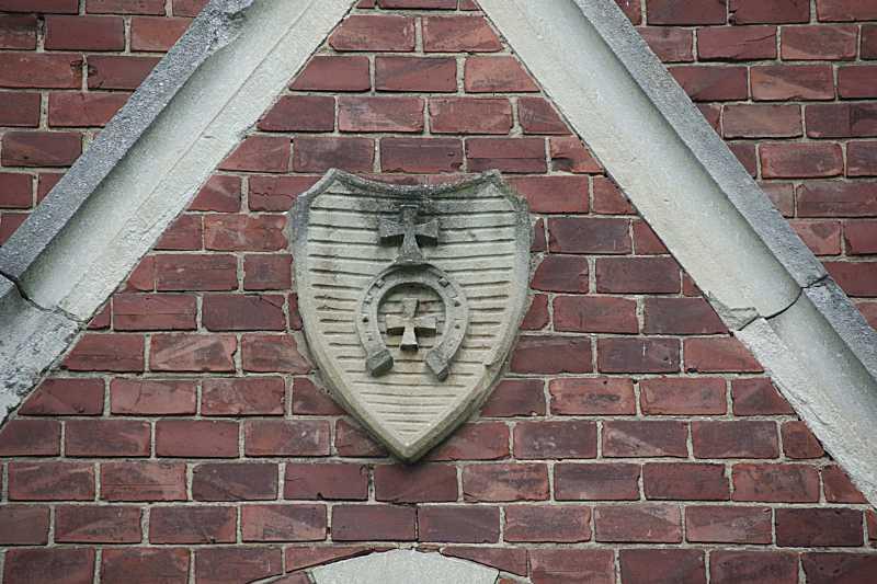 Щит з гербом на головному фасаді