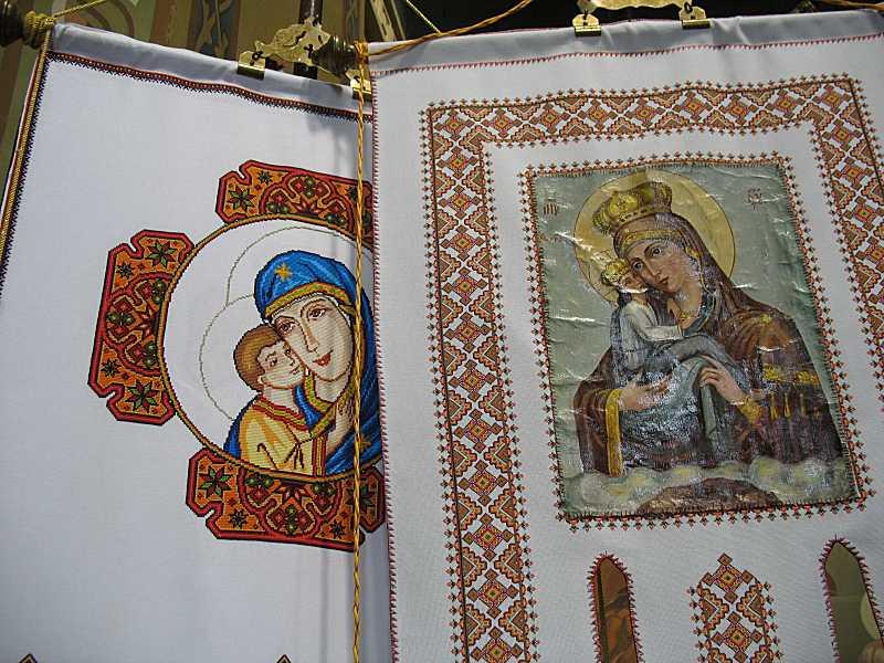 Вишиті хоругви з іконами «Богородиця замилування»