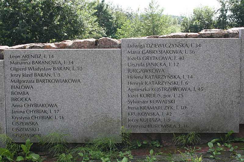 Плити 2 – 3 (з іменами загиблих)