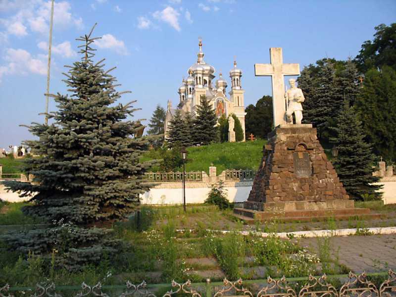 2007 р. Пам'ятник на тлі церкви