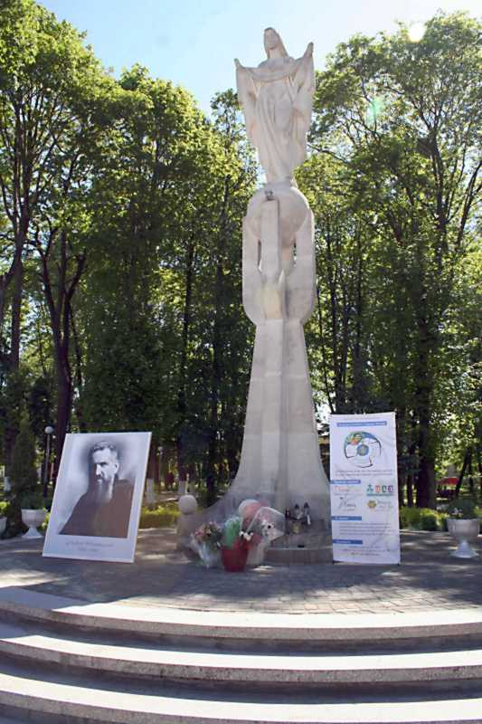 Пам'ятник богородиці