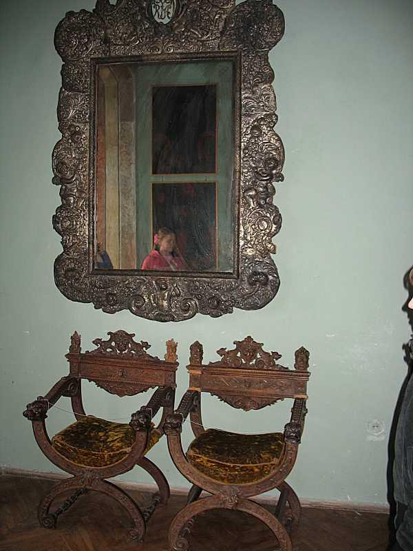 Два стільці та дзерквало